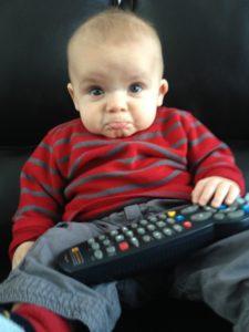 Enfant qui regarde la télévision en garderie.